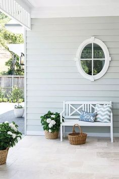 This beautiful home shows how to decorate your home in the Hamptons style with a classic Hamptons kitchen and living room filled with coastal decorating ideas Die Hamptons, Hamptons Style Decor, Hamptons Bedroom, Exterior Tiles, Exterior House Colors, Layout Design, Hampton Garden, Porch Tile, Weatherboard House