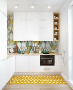 cuisines blanches avec parquet clair et tapis jaune