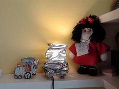 lampada fatta con carta di giornale e bambola Mafalda,realizzata da Giuseppina Monni.
