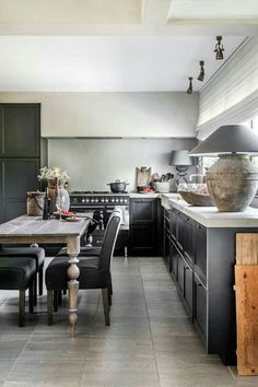 {Belgian Style Home Decor Inspiration} 20 Belgian Kitchens to Inspire! Kitchen Stove, Kitchen Dinning, Kitchen Pantry, Dining Area, Kitchen Decor, Beautiful Kitchens, Cool Kitchens, Decoration Gris, Wooden Dining Tables