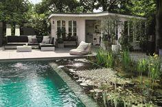 Von der romantischen Lounge aus direkt ins türkisfarbene Wasser springen: Ein Swimming-Teich für den Gartentyp 'Genießer'.