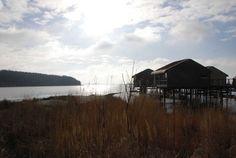 Abendstimmung mit Pfahlhäusern. Familienurlaub im jaich auf Rügen.
