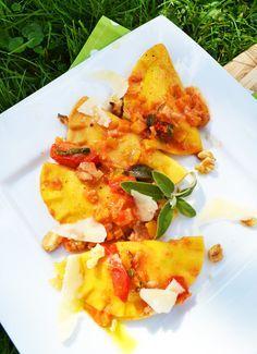 Meine Familie und ich lieben selbstgemachte Ravioli. Heute gibt es eine herbstliche Variante mit Kürbis, Tomaten, Salbei und Walnüssen. Der Teig ist ganz einfach und schnell gemacht. Diesmal hab i…