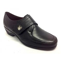 Zapato de la marca Pitillos. Todo fabricado en piel de primera calidad. Ideal para poder llevar con el plantillas ortopédicas. Plantillas extraibles. El velcro proporciona un muy buen ajuste del pie al zapato, y da la opción a que cada usuario pueda llevar el zapato como desee. La tira de velcro es amplia para favorecer su uso. La altura de la cuña es la ideal para ir arreglada y a la par ir muy muy cómoda. Piso de poliuretano antideslizante. Colores, negro y marrón. Tallas desde el 35 al…