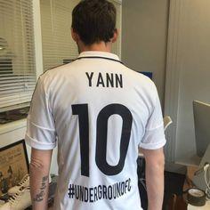 ... il a même un maillot de football à son nom... et dévoile son tatouage sur son avant-bras !