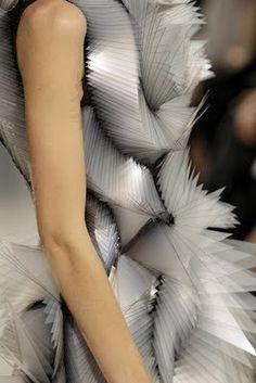 Extreme Organicism: Iris van Herpen's Brilliance. Source by beatrixbellwether fashion couture Origami Fashion, 3d Fashion, Look Fashion, Fashion Details, Young Fashion, Coral Fashion, Fashion Textiles, Space Fashion, Fashion Patterns