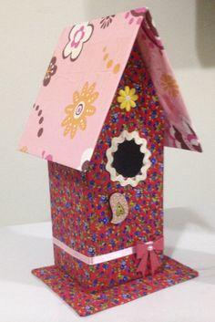 Casa de passarinho feita a partir de caixa de leite reciclada.