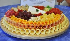 Tablas de quesos La Cremerie Colfrance                                                                                                                                                     Más Party Food Buffet, Party Food Platters, Party Dishes, Food Trays, Cheese Platters, Appetizer Recipes, Appetizers, Meat Platter, Reception Food