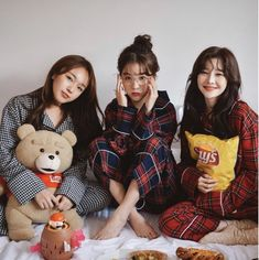 Find images and videos about friends, korean and ulzzang on We Heart It - the app to get lost in what you love. Mode Ulzzang, Ulzzang Korean Girl, Ulzzang Couple, Foto Best Friend, Best Friend Poses, Bff Girls, Cute Girls, Ulzzang Girl Fashion, Mode Cool