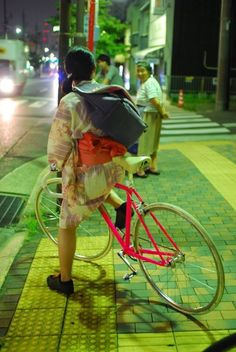 Learning to ride a bike is no big deal. Learning the best ways to keep your bike from breaking down can be just as simple. Urban Cycling, Urban Bike, Fixed Gear Girl, Pink Bike, Fixed Gear Bicycle, Cycling Girls, Cycling Gear, Cycle Chic, Commuter Bike