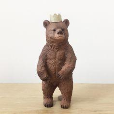 EYMではお子様のお誕生日ケーキトッパーにピッタリな動物人形シュライヒを販売しています。 Schleich (シュライヒ) 王冠付き グリズリー・ベアは当店オリジナルのゴールドペーパーで作製した王冠を付属している特別仕様♪ シュライヒを使ったおしゃれなデコレーションを大切な赤ちゃんのお誕生日にしてみてはいかがでしょうか? こちらのシュライヒはベビーフォトアイテム通販サイトEYMにて販売中です。