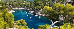 Les falaises calcaires et eaux turquoises des calanques s'étendent sur 18 kilomètres de Marseille à Cassis. Site classé des plus pittoresques, le massif des calanques fait figure de paradis pour les randonneurs, les amateurs d'escalade et les adeptes de voile - #easyvoyage #easyvoyageurs #clubeasyvoyage #terresdevoyages #travel #traveler #traveling #travellovers #voyage #voyageur #holiday #tourism #tourisme #evasion #france #meditarranée #sea #mediterraneansea #mediterranean #marseille…