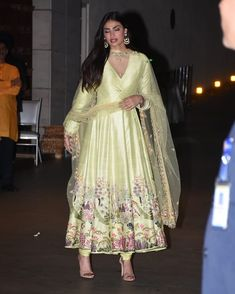 Rate the look out of Athiya Shetty arrives at Ambani's Ganpati celebrations ❤️❤️❤️ . Indian Gowns Dresses, Pakistani Dresses, Indian Attire, Indian Ethnic Wear, Indian Wedding Outfits, Indian Outfits, Indian Designer Suits, Bollywood Dress, Kurti Designs Party Wear
