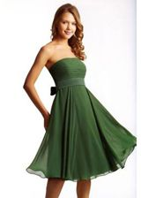 love the color! Chiffon Strand A-Linie Empire Taille knielanges drapiertes ärmelloses Brautjungfernkleid Green Party Dress, Green Evening Dress, Green Cocktail Dress, Green Dress, Evening Dresses, Cocktail Dresses, Dress Red, Elegant Bridesmaid Dresses, Strapless Dress Formal