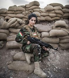 Joanna Palani was born in an Iraqi refugee camp in 1993 and her family moved to Denmark when she was three. Later she dropped out of college to join Kurdish troops in Iraq to take out ISIS. She killed over 100 ISIS terrorists. Woman Show, Dropping Out Of College, Die 100, Hot Girls, Thing 1, Female Soldier, Military Women, Indian Army, Girls Uniforms