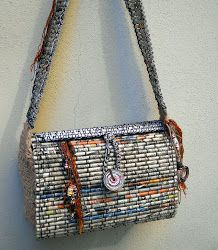 Purse made from old newspapers and magazines. Recycled Magazine Crafts, Recycled Paper Crafts, Newspaper Bags, Newspaper Crafts, Plastic Canvas Stitches, Plastic Canvas Patterns, Paper Jewelry, Paper Beads, Cardboard Paper