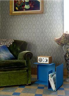 Diana C Beistelltisch von Konstantin Grcic für Classicon. Kleines Ordnungswunder für Sofa & Sessel: ein breiter Zeitungsständer mit kleiner Ablage oben für die Tasse Kaffee oder Tee und unten für die zu lesenden Bücher (http://www.ikarus.de/catalogsearch/result/?q=Diana+C). Gerne kombiniert mit einem klassischen Tivoli Model One Radio: http://www.ikarus.de/marken/tivoli-audio.html