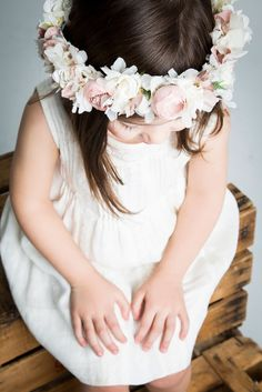 Hermoso tocado para tu hija en el día de su Primera Comunión.
