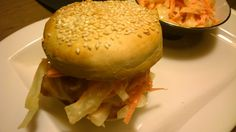 British Burger au coleslaw par Benkku81 Coleslaw, Lard, Hamburger, British, Ethnic Recipes, Kitchens, Salad, Recipe, Meat