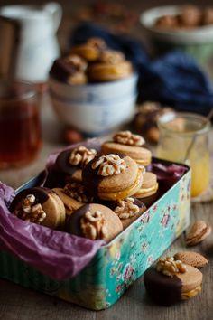 Galletas de nuez rellenas de crema de almendra y naranja {y cubiertas de chocolate}