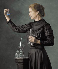 Marie Curie (le 7 novembre 1867-le 4 juillet 1934), est une chimie et physique  polonais, nationalisé Français. Entre autres mérites, un pionnier dans le domaine de la radioactivité, a été la première personne à recevoir deux prix Nobel dans diverses spécialités, physique et chimie et la première femme à être professeur à l'Université de Paris. Elle Elle est née à Varsovie, Elle Il y vécut jusqu'en 24 ans. En 1891, il s'installe à Paris pour continuer ses études. Elle a fondé l'Institut…