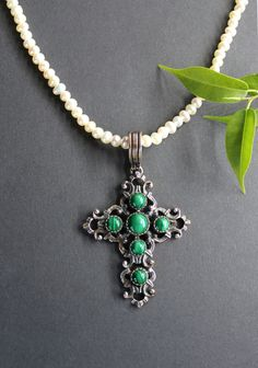 "Silberner Trachtenschmuck Anhänger ""Kreuz"" mit Malachit - Schmuck Steiner Online-Shop Pendant Necklace, Jewelry, Malachite Jewelry, Gemstones, String Of Pearls, Crosses, Nice Asses, Jewellery Making, Jewelery"
