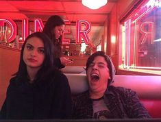 Camille Mendes and Cole Sprouse. Memes Riverdale, Riverdale Cw, Riverdale Archie, Riverdale Tumblr, Riverdale Veronica, Riverdale Aesthetic, Betty Cooper, Archie Comics, Camila Mendes Riverdale