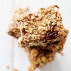 Müsliriegel selber machen ist so einfach. Auf Foodlikers findest Du ein veganes Rezept, dass viele gesunde Zutaten wie Haferflocken und Kirschen enthält.