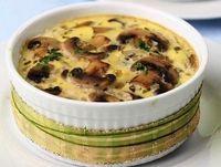 Грибной жульен: 500 г белых грибов или шампиньонов 2 луковицы 200 г сметаны 300 г сыра твердых сортов 1 зубчик чеснока 4 ст. л. сливочного масла 1 ст. л. муки Свежемолотый черный перец Соль