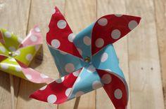 NÁVOD: Letní papírový větrník - V tomto jednoduchém návodu vám přiblížíme jak si vyrobit pěkný větrník. Je vhodné vybrat barevný papír se zajímavým vzorem.  ( DIY, Hobby, Crafts, Homemade, Handmade, Creative, Ideas)