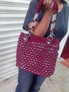 Pop tab purse Pop Top Crafts, Can Tab Crafts, Aluminum Can Crafts, Crochet Handbags, Crochet Purses, Pop Tab Purse, Pop Can Tabs, Soda Tabs, Pop Cans