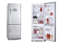 """Electrolux lança no mercado brasileiro o refrigerador Frost Free DB52X, cujo principal diferencial é a flexibilidade. As prateleiras são deslizantes e retráteis e os compartimentos totalmente removíveis, o que possibilita ao consumidor montar o layout interno do refrigerador. Outro detalhe é a função """"trava garrafas"""", uma novidade que permite empilhar uma maior quantidade de garrafas em dias de festa."""