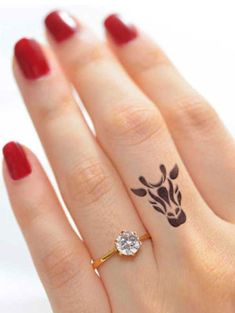 If you've been thinking about getting a tattoo, but are keen to opt for something subtle, small or tiny, then a delicate finger tattoo could be just for you. Finger tattoos are super adorable and beautiful on its own. Finger tattoos are fun to conc Tattoo Am Finger, Finger Tattoo For Women, Small Finger Tattoos, Finger Tattoo Designs, Small Tattoos, Small Animal Tattoos, Lion Tattoo, Tattoo Animal, Ring Finger