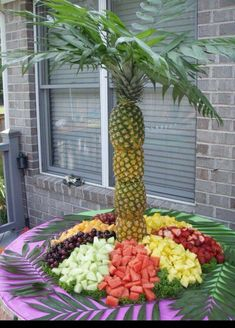 Pineapple palm fruit tree: Cut top and bottom of pineapple. Cut out the fruit leaving some still attached to the shell. Add in skewers to hold together. Top with leaves and ta-da! Fruits Decoration, Decoration Buffet, Deco Buffet, Decoration Party, Cake Decorations, Fruit Party, Luau Party, Party Snacks, Party Summer