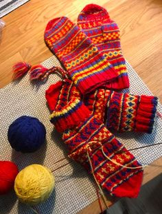 Hand knitted mittens with Jukkas-pattern Stickade av A-M Tuoremaa Sock Knitting, Fair Isle Knitting, Knit Mittens, Color Shapes, Beautiful Patterns, Gloves, Textiles, Colours, Accessories