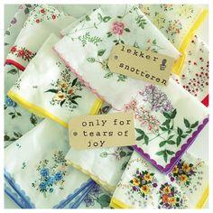 Verleden jaar was ik samen met mijn dochter op een rommelmarkt . Daar kwamen we  deze nooit gebruikte zakdoeken. Door het boek Kringloop Geluk van Ingrid Willenswaard (#ingthings ) wist ik wat ik met deze zakdoeken zou kunnen doen. Je kan de zakdoeken kado doen met een lief kaartje eraan. Voor iedereen die een extra steuntje in de rug kan gebruiken! ( tuurlijk heb ik de zakdoeken gewassen en gestreken) grappig toch!! www.juffrouwgans.nl