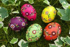 bunte Blüten auf bunten Eiern, Sorbische Ostereier, Ostereier, Wachsbossiertechnik