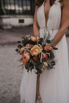 fließendes Brautkleid aus Tüll, leichtes Hochzeitskleid aus Softtüll, tiefer Rückenausschnitt / Foto: www.amonbarbara.com Bridal, Photos, Wedding Dress, Brides, Bride, Bridal Gown, The Bride