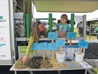 Landwirtschaft mit allen Sinnen: Auf dem Hessentag in Herborn konnten sich die Besucher des Kuh Mobils u.a. anschauen, aus welchen Einzelfuttermitteln eine Ration für eine Milchkuh zusammengestellt wird. Mmmmh, wie das duftet...