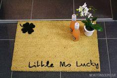 Tutorial - personalisierte Fußmatte/Türmatte Blogging, Home Decor, Gifts, Decoration Home, Room Decor, Home Interior Design, Home Decoration, Interior Design