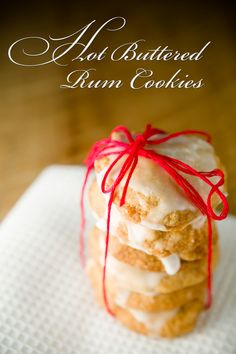 Leave out these hot buttered rum cookies on Christmas eve and you'll get a very jolly Santa! These hot buttered rum cookies taste like simple spice cookies Cookie Recipes, Dessert Recipes, Holiday Baking, Christmas Baking, Macarons, Christmas Sweets, Christmas Eve, Christmas Cookies, Gastronomia