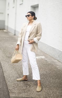 From casual to dressy, if you're looking for white jeans outfit ideas to wear this summer, step right this way for major styling inspiration. Beige Blazer Outfit, White Jeans Outfit, Look Blazer, Linen Blazer, Summer Fashion Trends, Autumn Fashion, Blazer Outfits For Women, Classy Casual, Work Casual