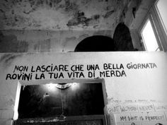 non permetterlo! Wall Quotes, Words Quotes, Sayings, Wall Writing, Graffiti Writing, Italian Quotes, Book Wall, Wonderwall, Just Smile