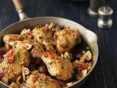 Hähnchenpfanne mit Tomaten und Champignons | Zeit: 30 Min. | http://eatsmarter.de/rezepte/haehnchenpfanne-mit-tomaten-und-champignons