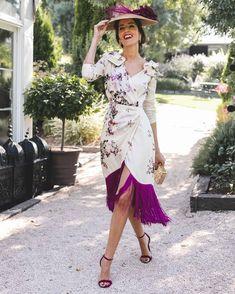 Pueden ser más bonitos los flecos en buganvilla y el estampado de este vestido de @blancaspina para invitadas de otoño? Me encanta como… Star Fashion, Fashion Beauty, Fashion Outfits, Party Outfits For Women, Wedding Guest Style, Dress Hats, Modest Outfits, Dress Collection, Beautiful Dresses