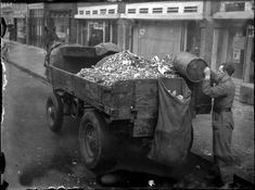 A compost collector with a horse-drawn wagon goes from door-to-door in Amsterdam to collect food scraps. Rotterdam, Utrecht, Old Pictures, Old Photos, Retro Pictures, Vintage Photographs, Vintage Photos, Nostalgia, Horse Drawn Wagon