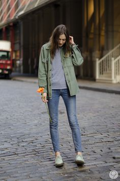 Love the jeans and I would pair them with an army jacket or one of those outdoor/hiking jacket. Looks cool and indie Look Fashion, Daily Fashion, Korean Fashion, Winter Fashion, Fashion Outfits, Womens Fashion, Net Fashion, Vestidos Sexy, Facon