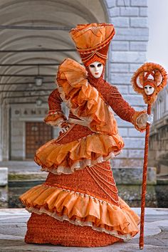 The orange Queen at the Venice Carnival (by Laurent Decuyper) Venetian Costumes, Venice Carnival Costumes, Mardi Gras Carnival, Venetian Carnival Masks, Carnival Of Venice, Venetian Masquerade, Masquerade Ball, Venice Carnivale, Venice Mask