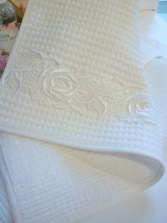 darčekový uterák s bielou čipkou, predáva sa v páre. Čipka je zo 100% bavlny, rovnako ako uteráčik. Rozmer 50x30 Vintage Embroidery, Shopping