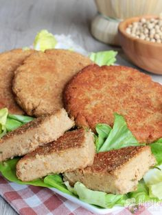 Vegetable burgers with sweet potato wedges Vegan Burger Recipe Easy, Burger Recipes, Vegan Recipes, Sandwiches, Sweet Potato Wedges, Seitan, Sweet And Salty, Carne, Salmon Burgers